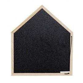Pizarra con forma de casita y marco de madera.