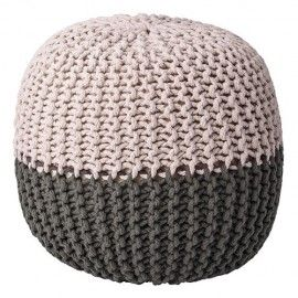 Puff tejido combinando gris y leve tonalidad rosa.