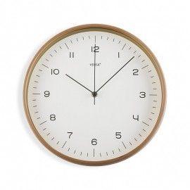 Reloj de pared con marco de madera.