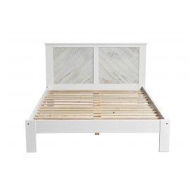 Cama de madera de pino con cabecero blanco.