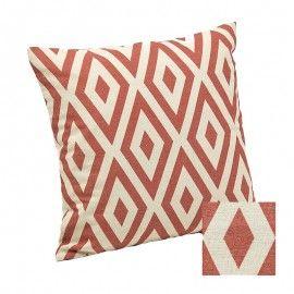Cojín geométrico en tono teja rosado.