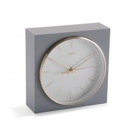 Reloj de sobremesa gris.