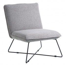 Sillón tapizado gris con patas en metal.