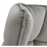 Cama de terciopelo gris.