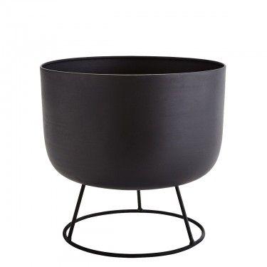 Macetero con soporte circular en hierro.