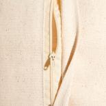 Cojín rectangular gris/beige.