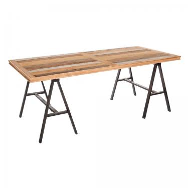 Mesa de comedor de madera natural y dos caballetes de hierro negro.