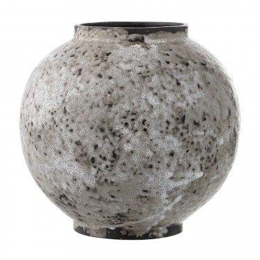Jarrón de cerámica rústico.