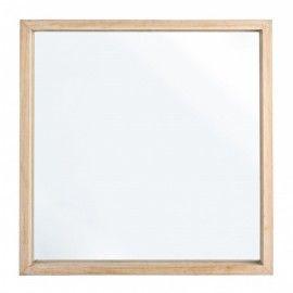 Espejo cuadrado con marco de madera natural.