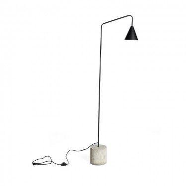 Lámpara de pie con base de cemento.