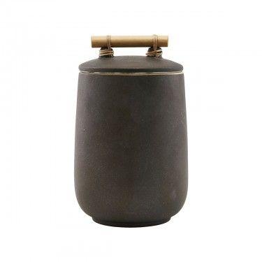 Tarro de cerámica marrón.