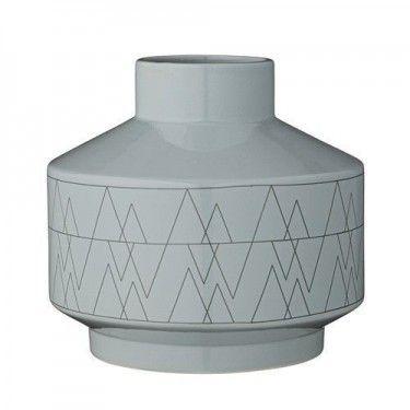 Jarrón de cerámica azul con estampados geométricos.