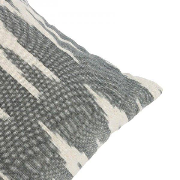 Cojín teñido con la técnica ikat en tonos blanco/negro