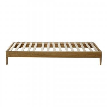 Base de cama en madera natural con ruedas.