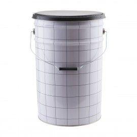 Cubo metal blanco con cuadros negros.