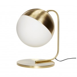 Lámpara de mesa en latón dorado.