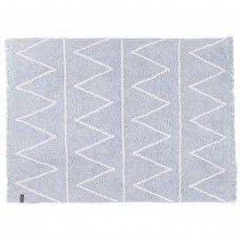 Alfombra azul claro con zigzag blanco y flecos. 120 x 160 cm.