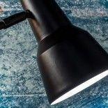 Lámpara de pie metálica negra con pantalla alargada.