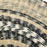 BANDEJA DE COLOR NATURAL Y NEGRO DE FIBRA NATURAL 40 X 40 X 6 CM