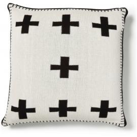 Cojín blanco con cruces negras de tricot.