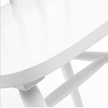Silla blanca de madera con respaldo varillas.