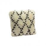 Cojín de lana con estampado en rombos.
