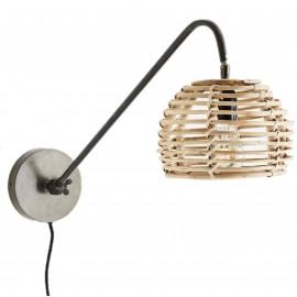 Lámpara de pared con pantalla de bambú.