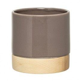 Macetero/jarrón de cerámica gris y madera.