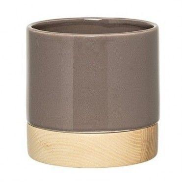 Macetero de cerámica gris y madera.