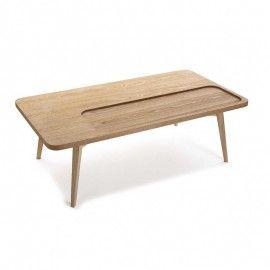 Mesa de centro estilo nórdico con patas de madera.