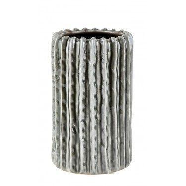 Jarrón de cerámica gris con rayas verticales.