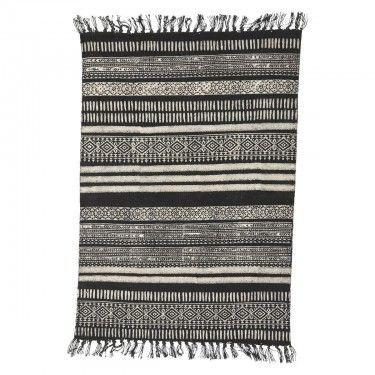 Alfombra de diseño oriental en tonos grises y negros.