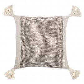 Cojín de algodón con borlas y franja marrón.