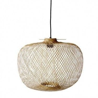 Lámpara trenzada con varillas de bambú.