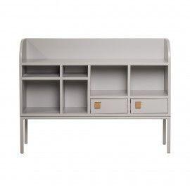Consola/aparador gris con estantes y puertas inferiores.